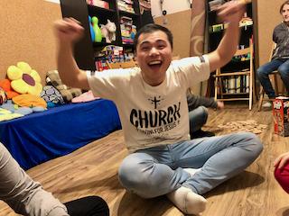 Crazy Angels - Bless wyciąga ręce do góry z zadowoleniem