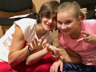 Crazy Angels - dwie dziewczyny uśmiechają się i wyciągają palce