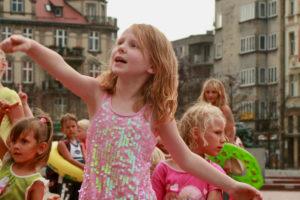 Dziewczynka podnosi zgrabnie rękę w uwielbieniu Boga na Rynku w Bytomiu