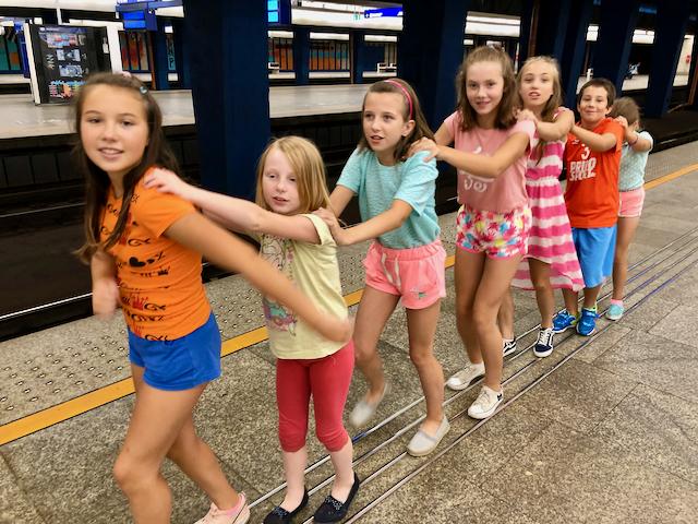 dzieci bawią się w pociąg na peronie kolejowym