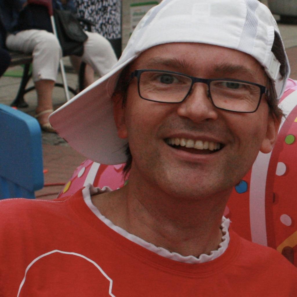 mężczyzna z białą czapka z daszkiem uśmiecha się