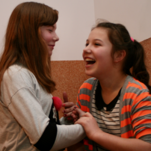 dwie dziewczyny trzymają się za ręce