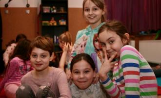 Kluby Wideo - zadowolone dziewczyny uśmiechają się