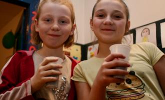 Kluby Wideo - dwie dziewczyny piją colę