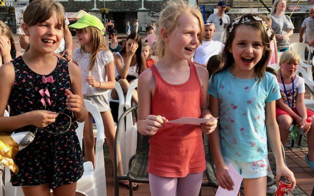 Tłum dziewczyn stoi na Rynku w Bytomiu