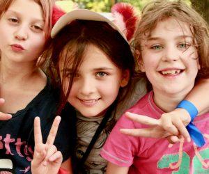 3 dziewczyny na Wakacyjnej Wędrówce uśmiechnięte robią miny