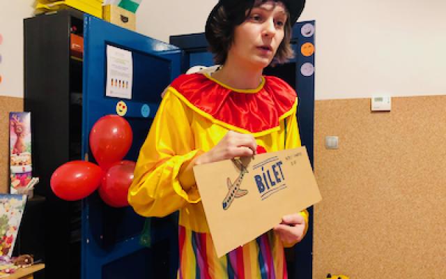 klaun z dużym biletem uczy dzieci