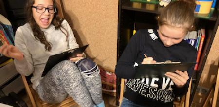 dziewczyny piszą używając podkładek