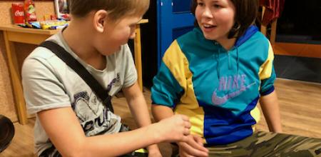 chłopa z dziewczyną grają w papier, kamień i nożyce