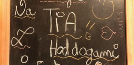 """na tablicy napisane: """"Witajcie na TIA z hot-dogami i Coca-Colą"""""""