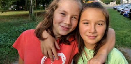 dwie dziewczyny objęte i uśmiechnięte