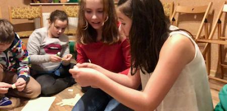 dziewczyny rozwiązują zagadkę czytając kartki z gry