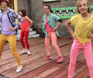 Zespół dziecięcy Crazy Kids Worship na scenie tańczy dla dzieci z domów dziecka